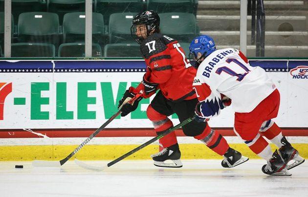 Český hokejista Jakub Brabenec během čtvrtfinálového souboje na MS hráčů do 18 let stíhá kanadského soupeře.