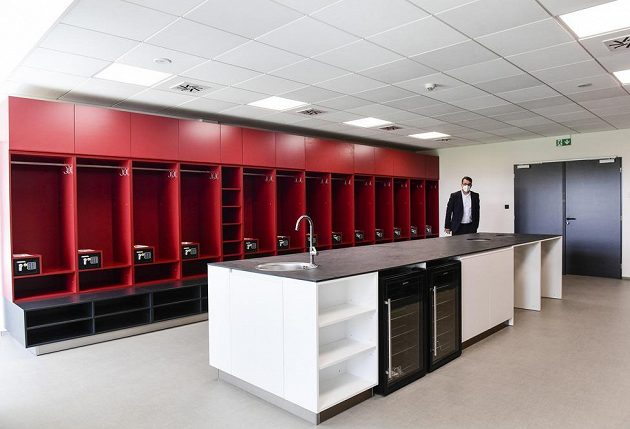 Šatna fotbalistů Sparty v zrekonstruovaném tréninkovém centru.