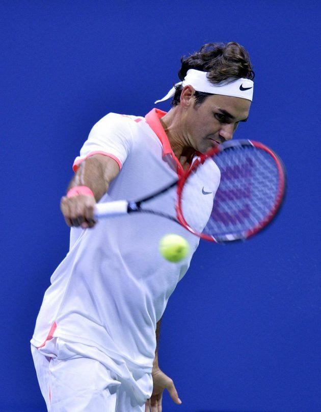 Roger Federer během finálové bitvy se světovou jedničkou Novakem Djokovičem.