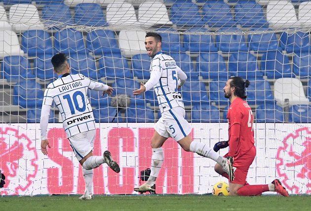 Fotbalisté Interu Milán v přímém souboji o druhé místo zvítězili v 9. kole italské ligy na hřišti Sassuola 3:0. Střelec Roberto Gagliardini slaví třetí gól.