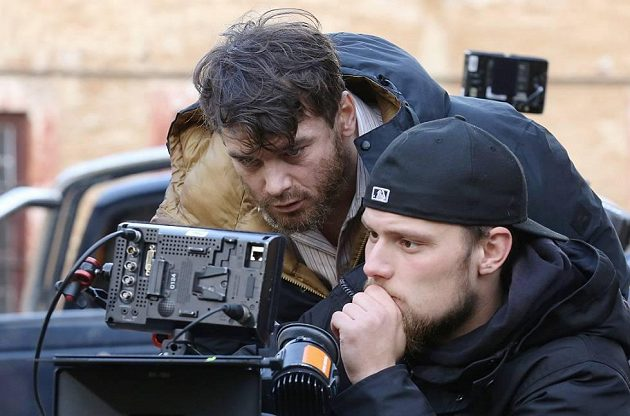 Vavřinec Hradilek (vlevo) zkoumá nasnímané záběry při natáčení filmu Tenkrát v ráji.