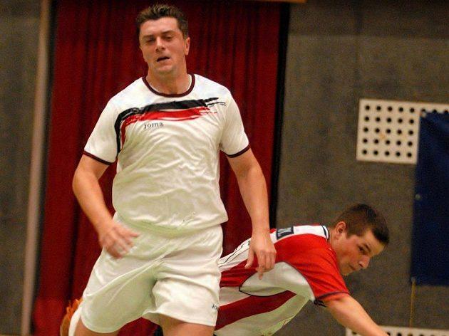 Bývalý obránce Bohemians Jaroslav Kamenický (vlevo) v dresu Bakova v utkání první futsalové ligy.