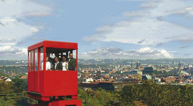 Hotel NH Praha láká hosty na červenou lanovku s výhledem na Prahu...