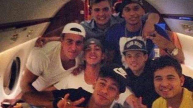 Takhle Neymar s šesticí svých kamarádů slavil v soukromém letadle přestup do Barcelony.