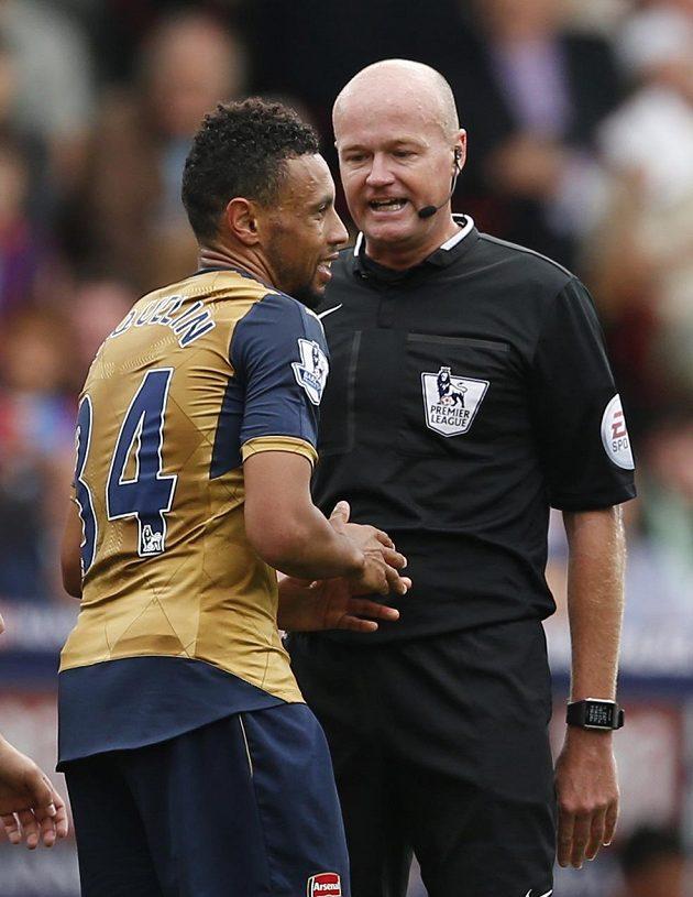 Sudí Lee Mason a Francis Coquelin, který si opakovaně v dresu Arsenalu koledoval v utkání s Crystal Palace o vyloučení.