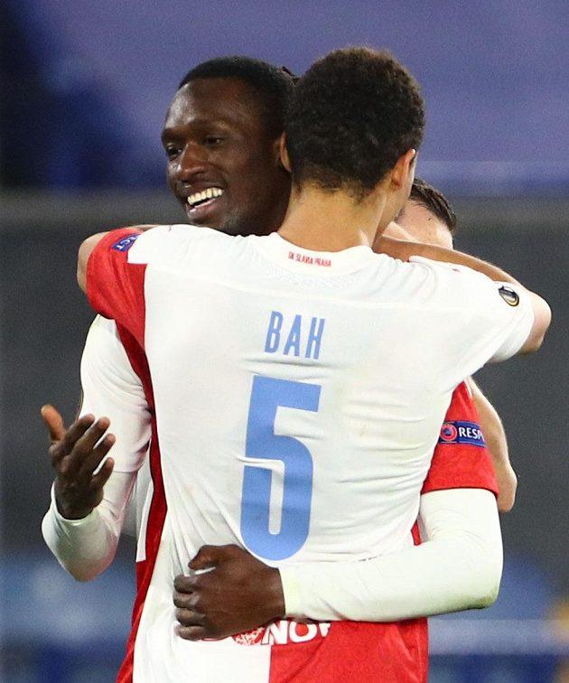 Abdallah Sima a Alexander Bah ze Slavie se radují z gólu.