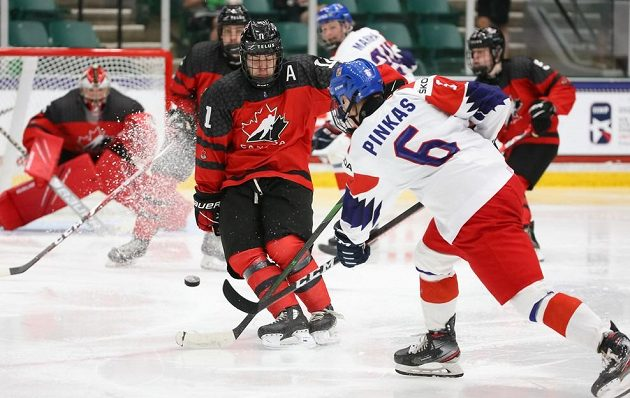 Český obránce Matěj Pinkas pálí na branku Kanady během čtvrtfinále MS hráčů do 18 let.