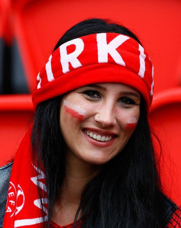 Fanynka tureckých fotbalistů pózuje fotografům během duelu s Chorvatskem.