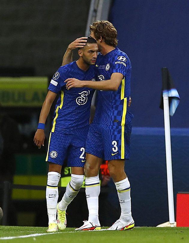 Hakim Zijach z Chelsea se raduje z gólu s Marcosem Alonsem.