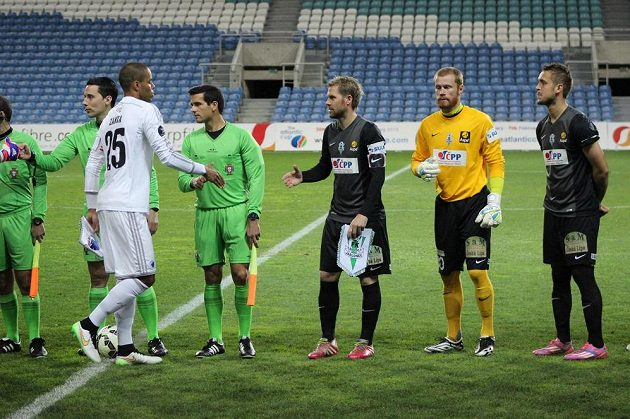 Brankář Vlastimil Hrubý (ve žlutém) a Luděk Pernica (první zprava) nastupují po boku kapitána Jablonce Tomáše Hübschmana v Algarve proti Kodani, kterou tehdy porazili Severočeši 2:0.