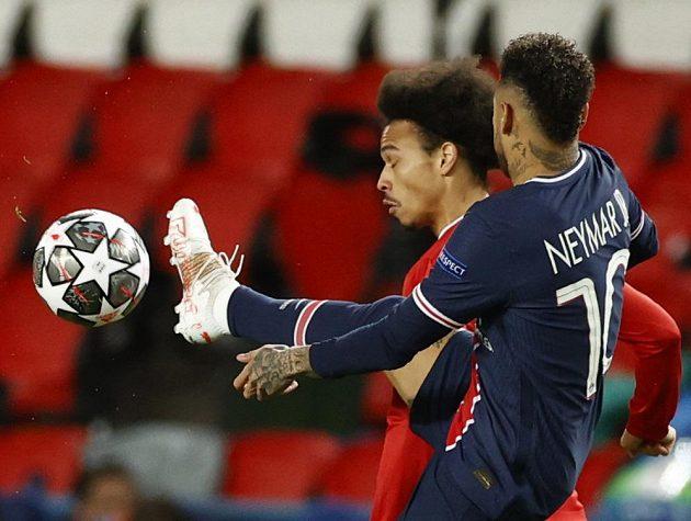 Fotbalista Bayernu Mnichov Leroy Sane v akci během odvetného čtvrtfinále Lugy mistrů proti PSG. V souboji je s Brazilcem Neymarem.