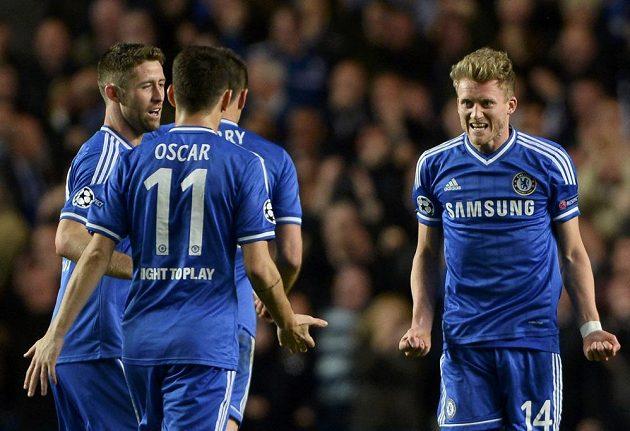 Útočník Chelsea Andre Schürrle (vpravo) se raduje z gólu proti PSG v odvetě Ligy mistrů.