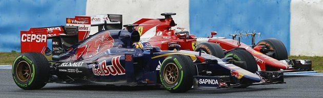 Vpředu Carlos Sainz junior, syn legendárního trojnásobného mistra světa v rallye, ze stáje Toro Rosso v souboji s Kimim Räikkönenem na ferrari.