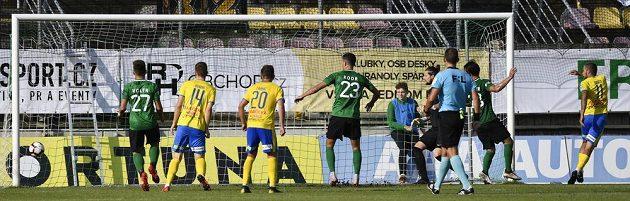 Jakub Mareš z Teplic (vpravo) střílí gól proti Příbrami.