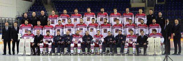 Hokejisté, trenéři a členové realizačního týmu během focení na MS v Moskvě.