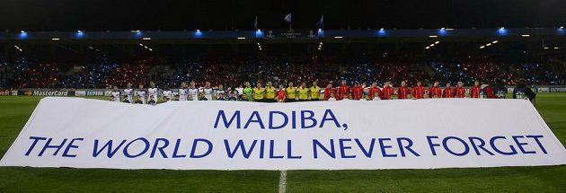 Transparent vzdávající hold zesnulému bývalému jihoafrickému prezidentovi Nelsonu Mandelovi.
