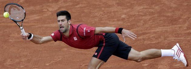 Srbský tenista Novak Djokovič během semifinálového zápasu French Open s Dominicem Thiemem z Rakouska.