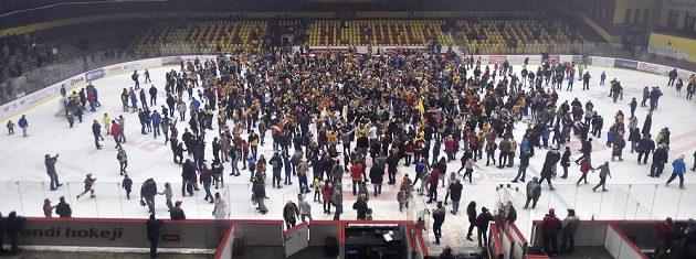 Jihlavští hokejisté slaví na ledě s fanoušky návrat do nejvyšší soutěže.