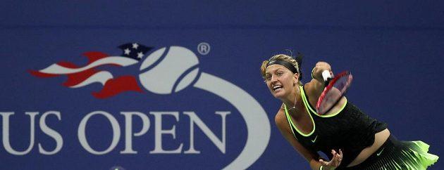 Česká tenistka Petra Kvitová servíruje v zápase s Němkou Angelique Kerberovou.