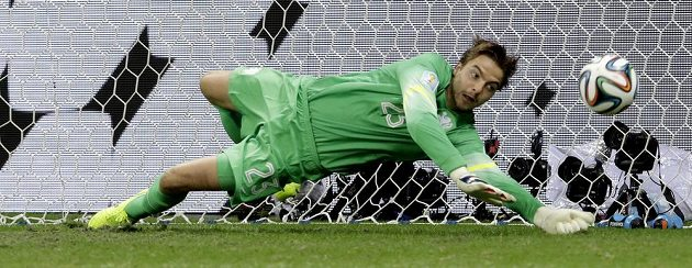 Nizozemský brankář Tim Krul při penaltovém rozstřelu.