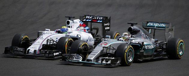Brit Lewis Hamilton na mercedesu (vpravo) předjíždí při stíhací jízdě na Velké ceně Maďarska brazilského pilota Williamsu Felipeho Massu.