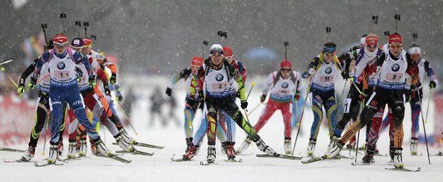Česká biatlonistka Eva Puskarčíková (vpředu vlevo) v závodu štafet v německém Ruhpoldingu.