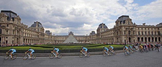 Trasa vedla i kolem světoznámého muzea Louvre.