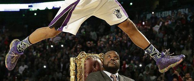 Ben McLemora ze Sacramenta skáče na koš přes dřívější hvězdu NBA a hosta Utkání hvězd NBA Shaquillea O'Neala.
