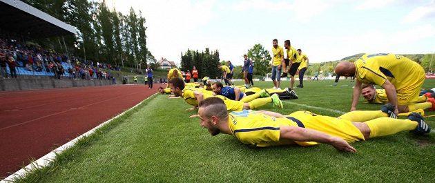 Fotbalisté Varnsdorfu po remíze 0:0 s Olomoucí oslavují postup do první ligy.