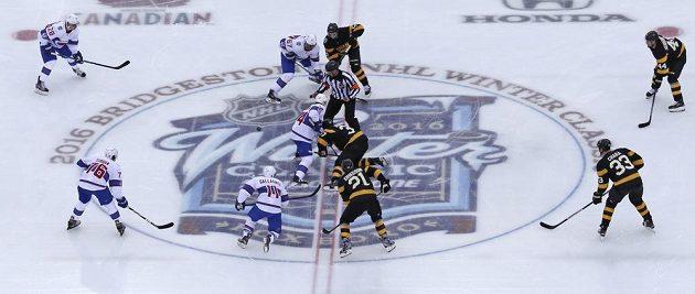Úvodní buly v utkání Winter Classic 2016 vhozené mezi hokejky Tomáše Plekance (14) z Montrealu Canadiens a Patrice Bergerona (37) z Bostonu Bruins.