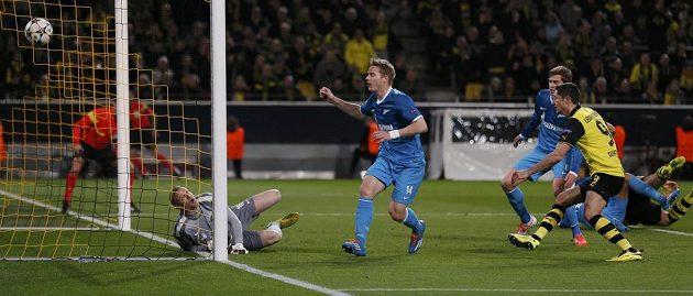 Sebastian Kehl (vpravo na zemi) z Borussie Dortmund střílí gól Zenitu Petrohrad.