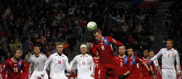 David Limberský hlavičkuje v utkání proti Dánsku.