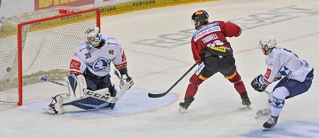 Erik Thorell ze Sparty (uprostřed) střílí vítězný gól utkání v prodloužení.