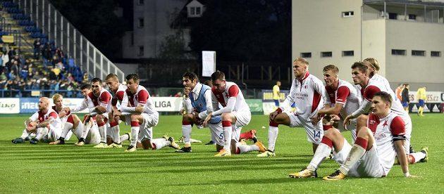 Fotbalisté Slavie se loučí se svými fanoušky po utkání ve Zlíně. Duel skončil nerozhodně 1:1.