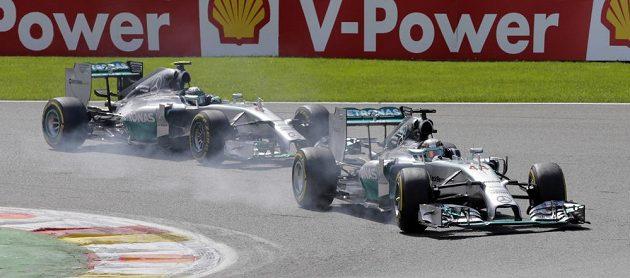 Piloti Mercedesu Lewis Hamilton (vpředu) a Nico Rosberg během Velké ceny Belgie.