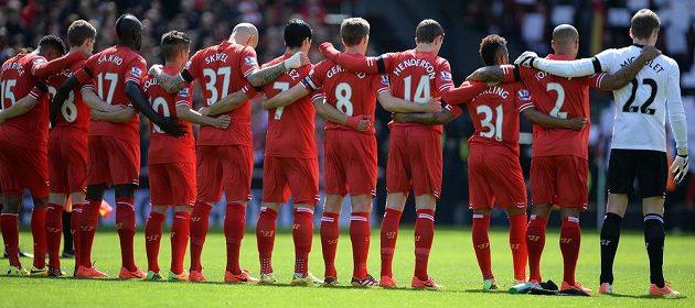 Fotbalisté Liverpoolu vzpomínají při minutě ticha na 96 obětí tragédie v Hillsborough.