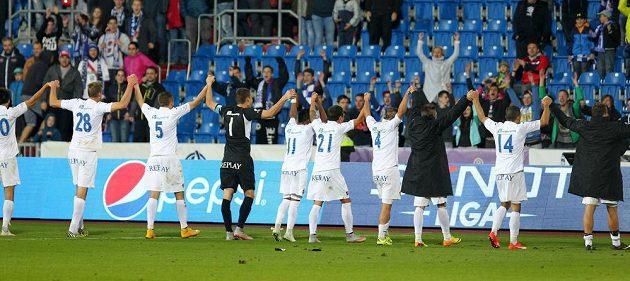Fotbalisté Baníku oslavují s fanoušky první ligovou výhru.
