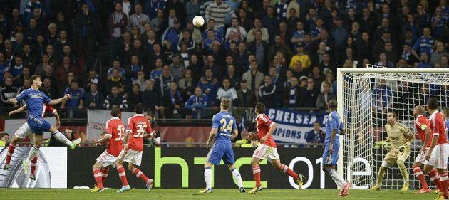 Branislav Ivanovič dává v nastavení finále Evropské lize proti Benfice vítězný gól.