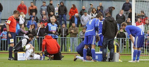 Po vzájemném souboji byli ošetřeni Jan Holenda (vlevo) a brankář Tachova Dan Houdek.