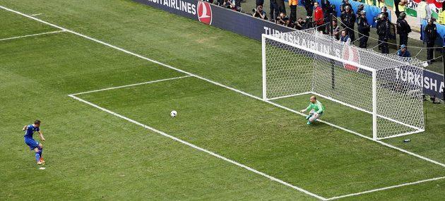 Gylfi Sigurdsson dává vedoucí gól Islanďanů. Maďarský brankář Gábor Király šel na druhou stranu než míč.