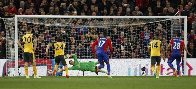 Luka Milivojevič z Crystal Palace proměnil pokutový kop.