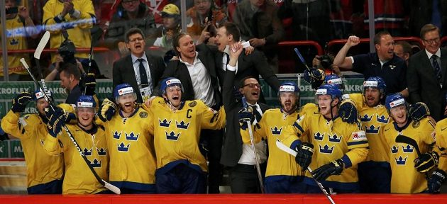 Švédští hokejisté se radují ze zisku zlatých medailí.