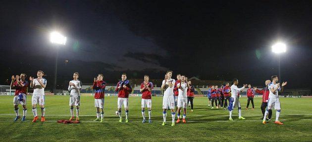 Český tým děkuje fanouškům po utkání, v němž v San Marinu zvítězil vysoko 6:0.