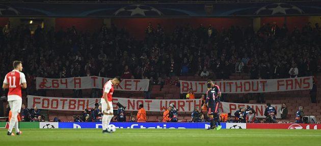 Protest fandů Bayernu proti cenám lístků na utkání na hřišti Arsenalu. Na tribuně si připravili transparent: 64 liber za lístek, ale fotbal bez diváků nestojí ani za penny.