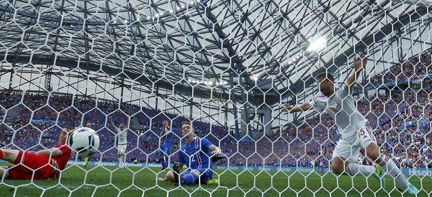 Islanďan Birkir Saevarsson (2) srovnal vlastním gólem na 1:1 souboj s Maďary.