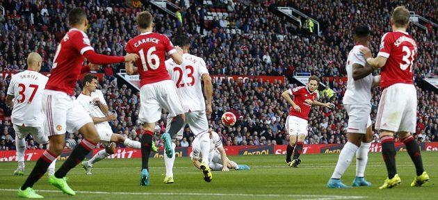 Defenzivního univerzála Daleyho Blinda nechala obrana Liverpoolu neobsazeného a zadák Manchesteru United toho využil ke vstřelení vedoucího gólu.