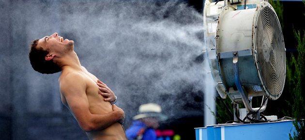 Polský tenista Jerzy Janowicz is se ochlazuje během Australian Open.