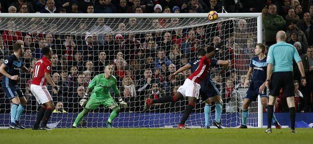 Záložník Paul Pogba (čtvrtý zleva) střílí druhý gól Manchesteru United v zápase proti Middlesbrough.