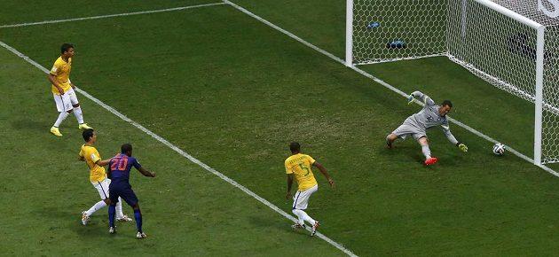 Brazilský gólman Júlio César kapituluje do třetice, tentokrát z kopačky Georginia Wijnalduma.
