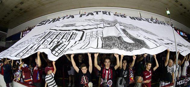 Fanoušci hokejové Sparty během posledního utkání v holešovické hale.